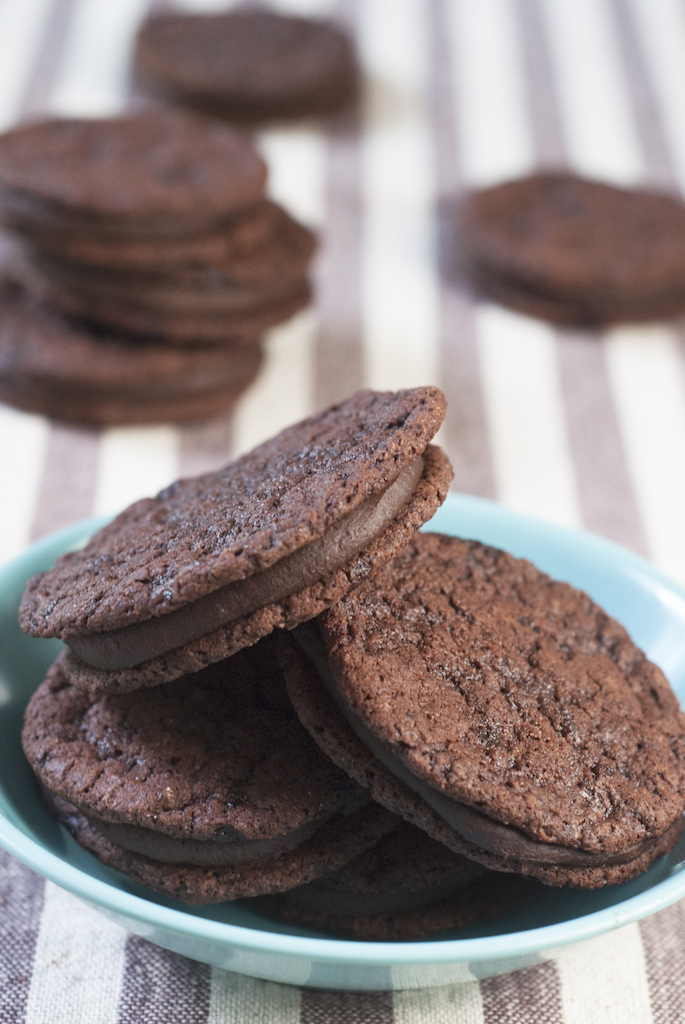 chocolate sandwich cookies in a blue bowl